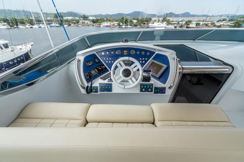 Azimuth 105 Top deck steering2
